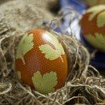 Пасхальні яйця, декоровані листям петрушки