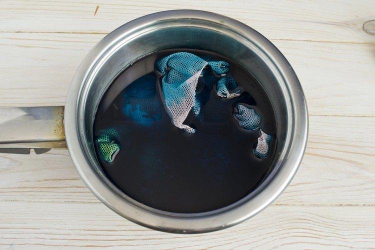 Розбавляємо у воді зеленку та ставимо варитись