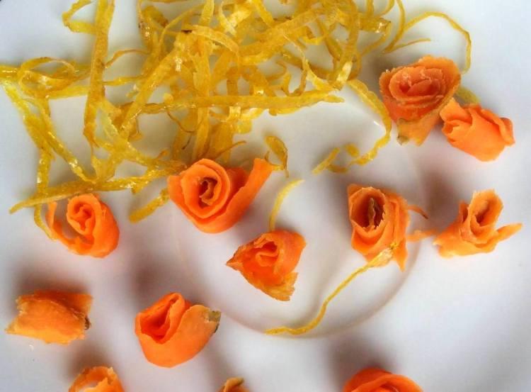 Завертаємо морквяні смужки у рулончики