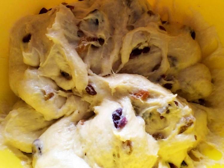Додаємо у тісто підготовлені сухофрукти, попередньо посипавши їх борошном