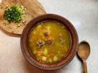 Гороховий суп з копченими ковбасками
