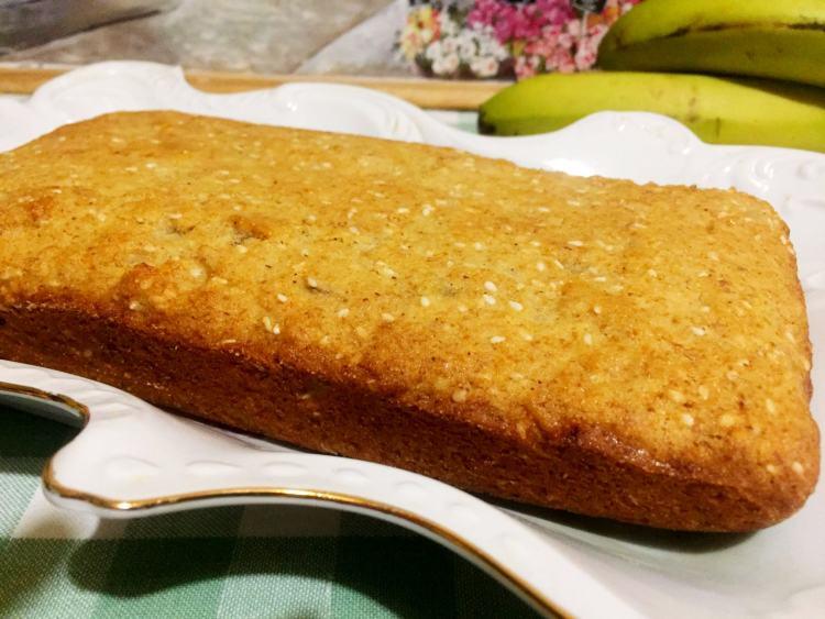 Коли дістанете банановий кекс з духовки, одразу виймайте його з форми і дайте хвилин 10 охолонути