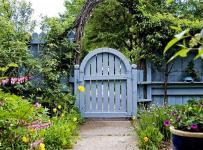 В залежності від місця розташування садові двері та хвіртки мають різні функції та вигляд. Спочатку погляд гостей зупиняється на вхідних воротах або хвіртки — це візитна карточка господаря. А ще — хвіртка для входу у садок та інші внутрішні двері. І в залежності від мети, обираються матеріали та зовнішній вигляд цих елементів ділянки. Кожен господар хоче зробити свою ділянку та сад оригінальними та чарівними, тому сьогодні ми зібрали 40 ідей цікавих садових хвірток та дверей, які допоможуть обрати гарний варіант входу у кожен куточок вашої ділянки.