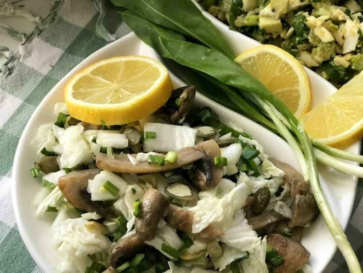 Салат з черемші і пекінської капусти з шампіньйонами