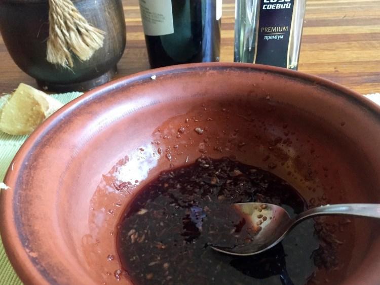 Змішуємо продукти для соусу в ємності