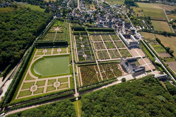 Розміщені на 3 різних рівнях, сади утворюють єдиний ансамбль, який примикає до фасадів замку