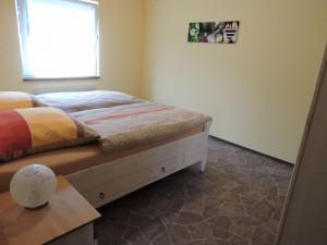 Das geräumige Schlafzimmer der großen FeWo, Zeltnerhof