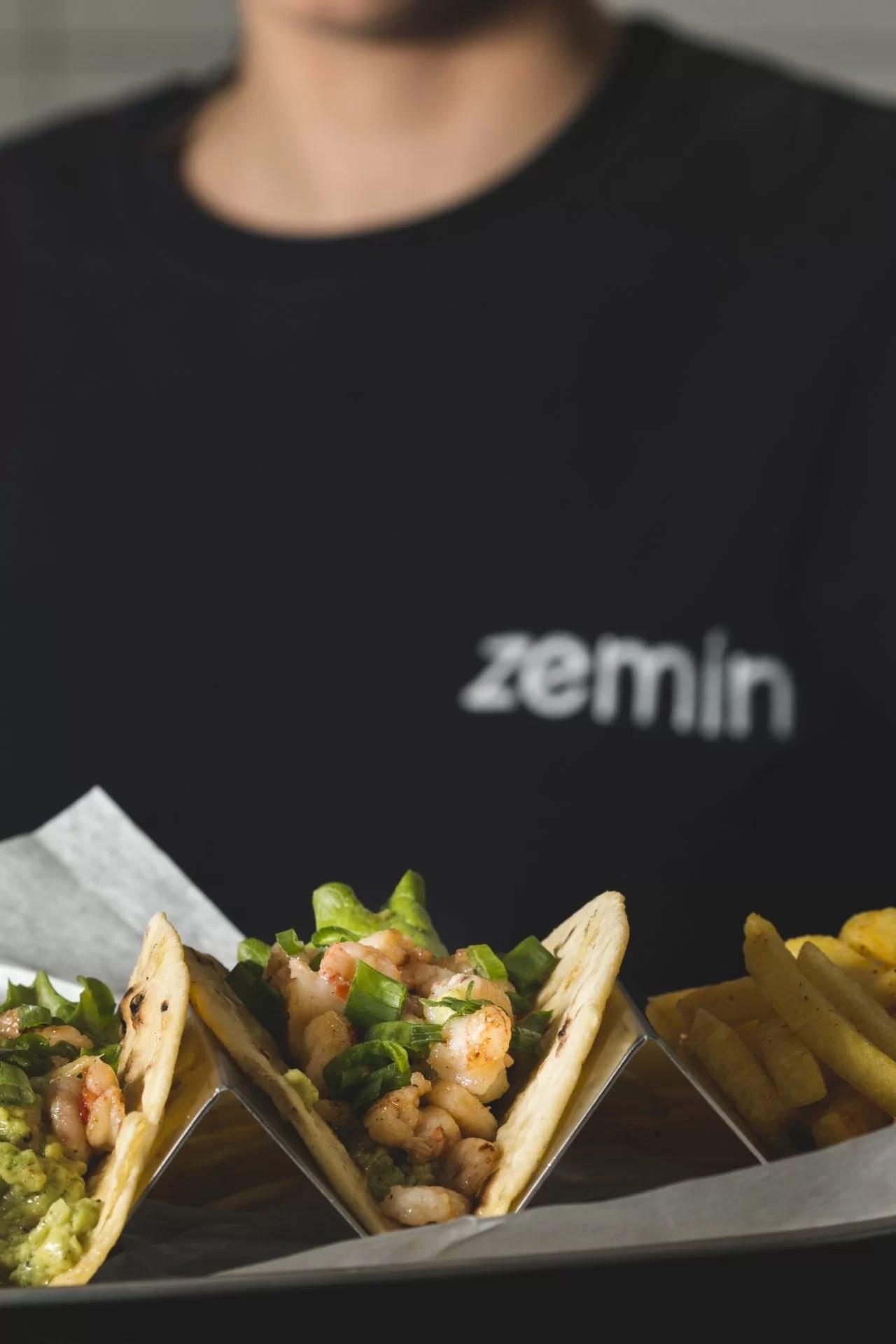Karides taco ve patates kızartması servisi.