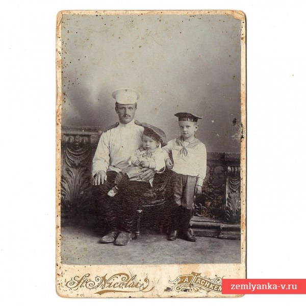 Фото штабного писаря (?) с сыновьями, 1900-е гг ...