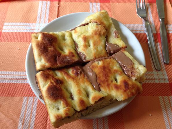 Le focaccine della Gaiazza sono farcite con cioccolato, formaggi e salumi