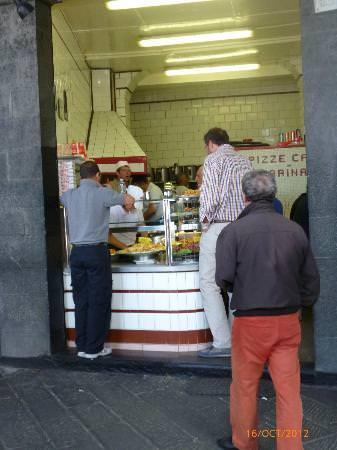 , street food, La friggitoria Carega in Sottoripa è un locale storico. Ci si possono trovare farinata e panissa.