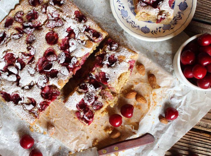 Jogurt kolač s trešnjama i bademima