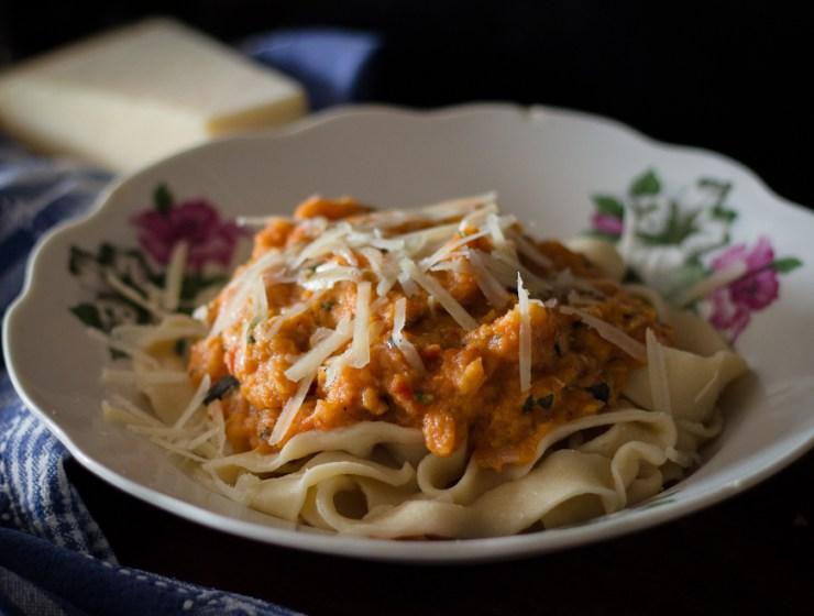 Domaće tagliatelle s umakom od pečenog povrća