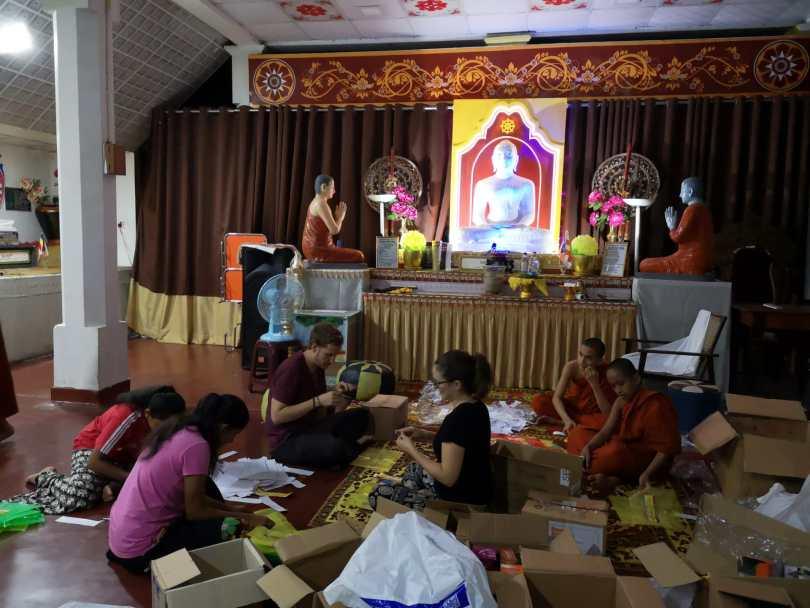 préparation de matériel scolaire pour une école de Kandy