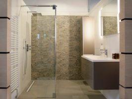 Gemauerte Dusche als Blickfang im Badezimmer Vor  und ...