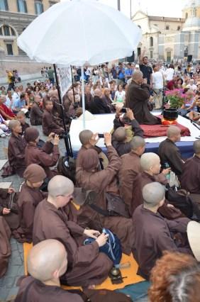 """""""Non c'è nulla di sacro o di profano"""". Ed ecco i monaci che non si preoccupano di farsi vedere mentre fotografano coi cellulari il loro maestro"""