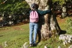 claudia abbraccia un albero sui monti simbruini