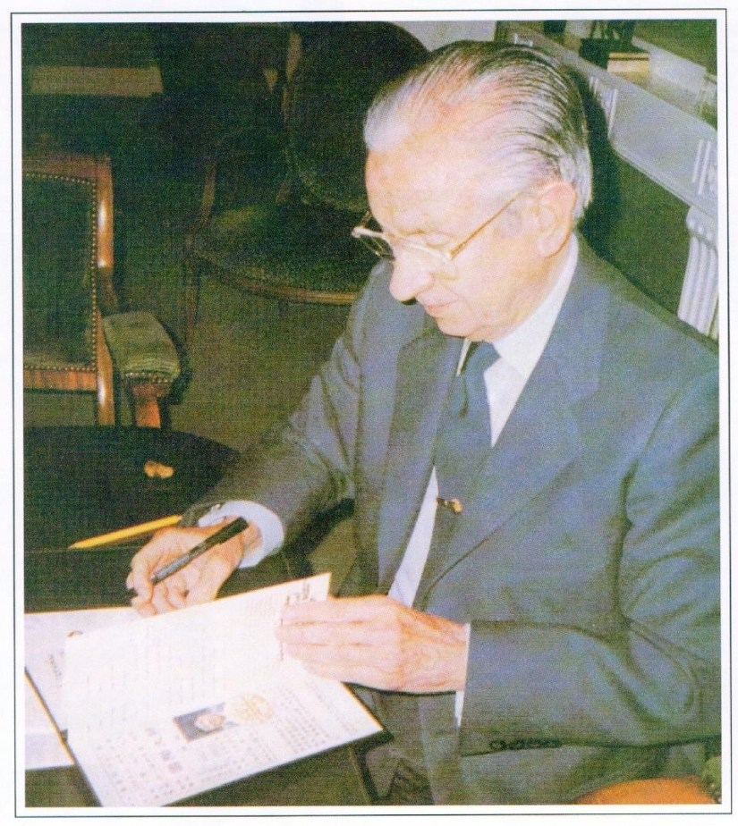 Former President of the International Olympic Committee, Juan Antonio Samaranch, signs the Distinguished International Master Certificate. 國際奧委會主席薩馬蘭奇在《特級國際大師證》上簽字