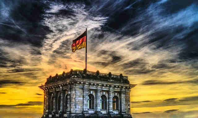 Copyright: https://pixabay.com/photos/bundestag-german-flag-reichstag-2463236/ – Lizenz: Pixabay Licence. Bild: FelixMittermeiervonPixabay.