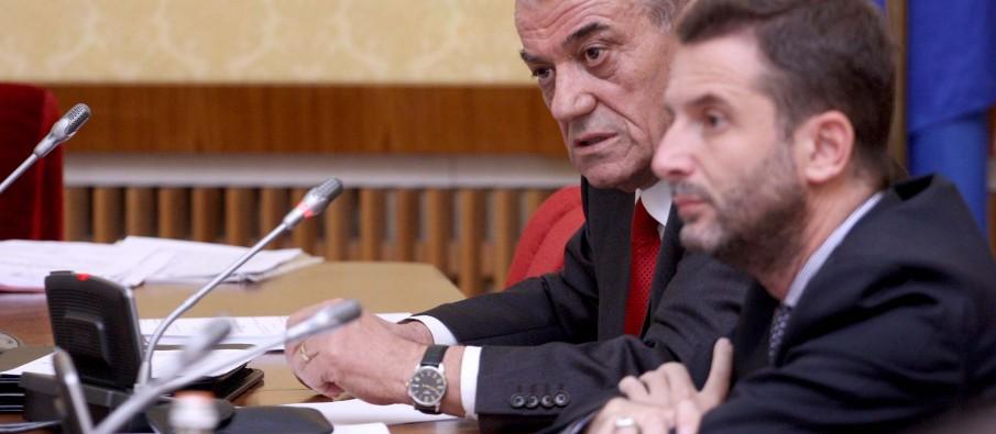 Ruçi, urdhër deputetëve: Ndalohen udhëtimet jashtë vendit