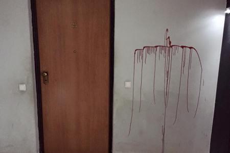 Kryqe gjaku te dera e apartamentit, kërcënohet gazetarja (FOTO)