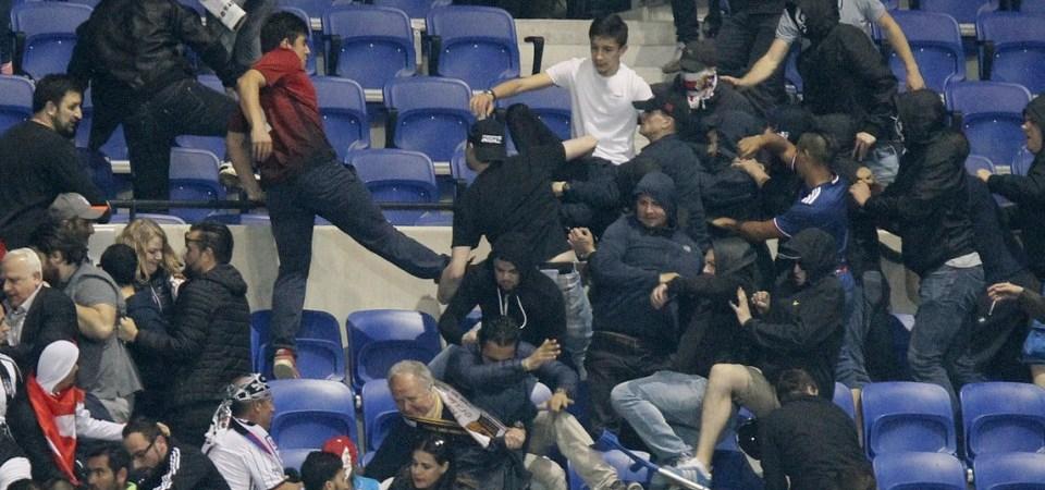Përleshje dhe dhunë mes tifozëve në ndeshjen Lyon – Beshiktash