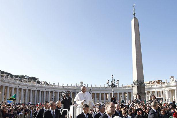 Papa Françesku kremton Pashkët në Sheshin e Shën Pjetrit në Vatikan