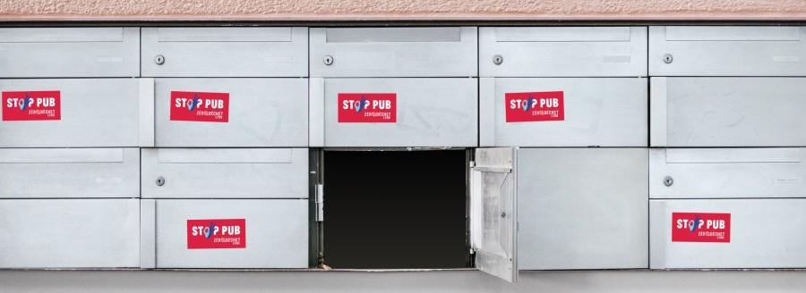 Boîtes aux lettres avec des Stop pub rouges de l'association Zéro déchet Lyon