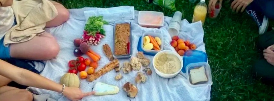 Nappe de pic-nique zéro déchet estival avec des aliments sans emballages et de saison