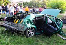 Carro capota, derruba árvores e jovem morre em Porto Alegre Ronaldo Bernardi/