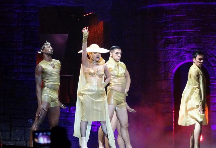 Lady Gaga conta com auxílio de dançarinos para fazer suas performances no palco.:imagem 7