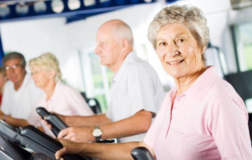 El ejercicio físico mejora la salud funcional y cognitiva de las personas mayores, y previene la dependencia