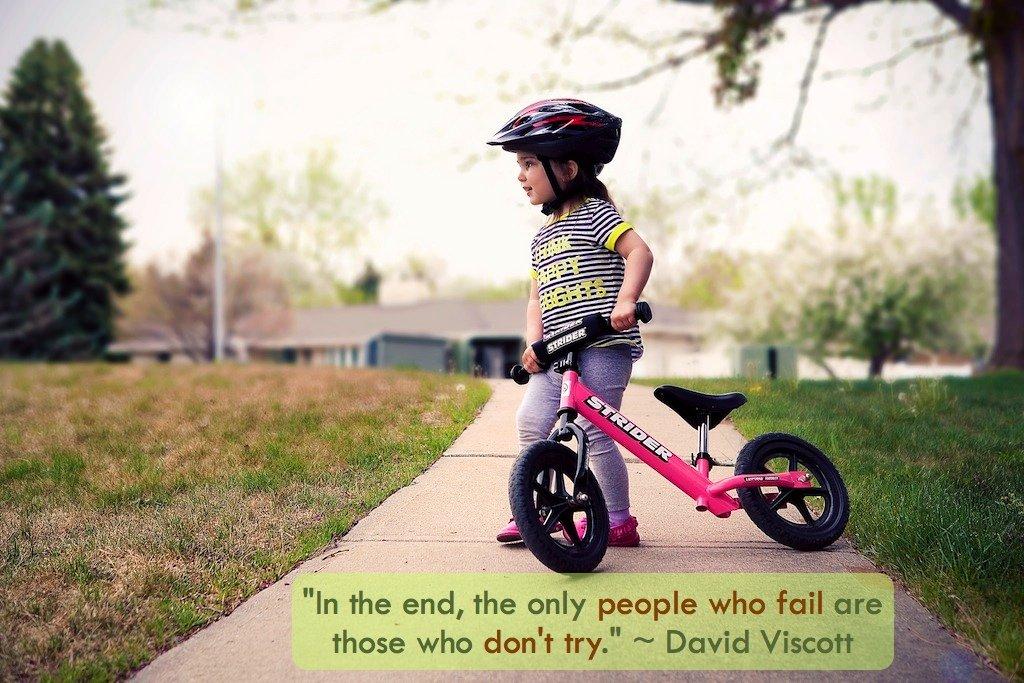Niña pequeña con bici y casco