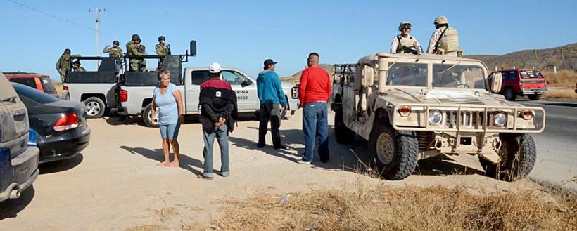 Efectivos de la Secretaría de Marina y del Ejercito Mexicano, en el desalojo de los pescadores.