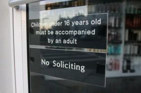 """Bei der Polizei sind zuletzt zwar keine tyrannisierenden Kinder aktenkundig geworden, aber immerhin verbietet auch Abus Nachbar, ein Friseur, Kindern den Zutritt. Damit kein falscher Eindruck entsteht, darunter gleich der Hinweis: """"No Soliciting"""", kein Sex im Angebot. Denn bei Kosmetikern, Friseuren und Masseuren hoffen Kunden immer wieder darauf, genau das zu finden."""