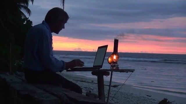 Gauthier Toulemonde teletravail depuis son ile déserte en Indonésie