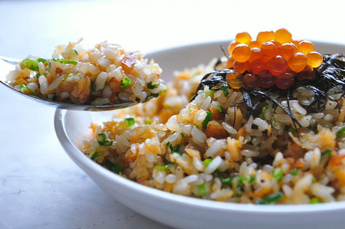 如何炒出粒粒分明的炒飯?鮭魚炒飯