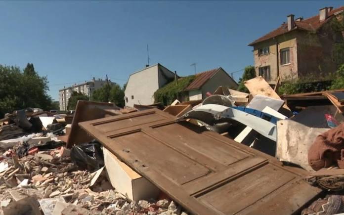 GRAĐANI OGORČENI: Nadomak gradske uprave gomila glomaznog otpada