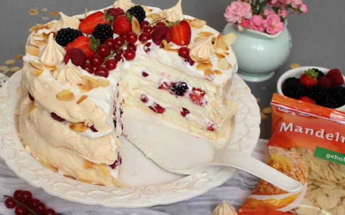 UKUSNA I NJEŽNA: Troslojna Pavlova torta s bobičastim voćem