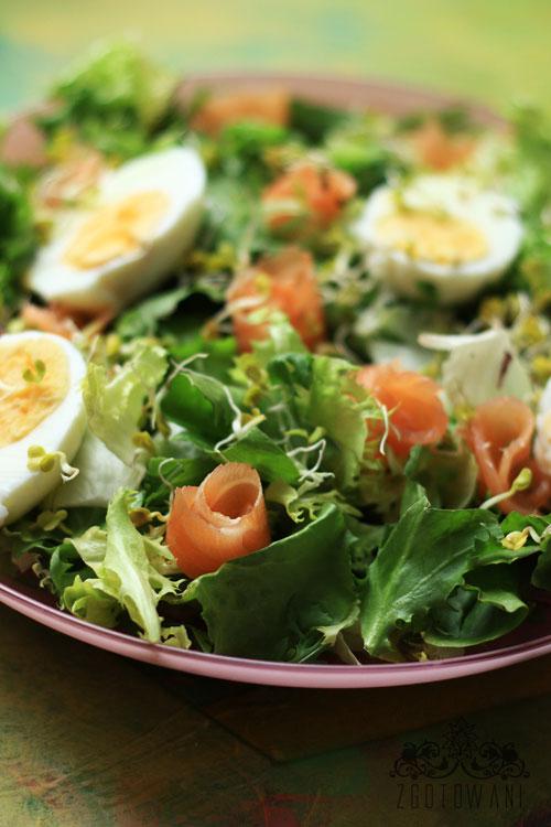 salatka-z-lososiem-jajkiem-w-sosie-z-dodatkiem-kielkow-rzodkiewki-3