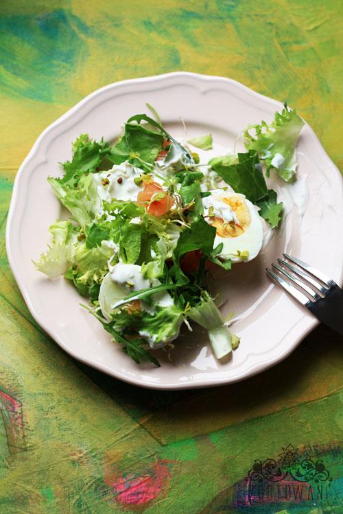 salatka-z-lososiem-jajkiem-w-sosie-z-dodatkiem-kielkow-rzodkiewki-7