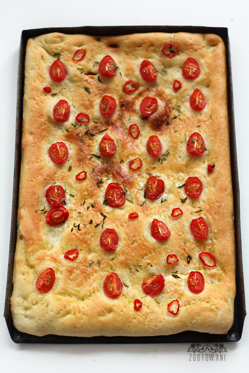 focaccia-z-pomidorkami-i-pikantna-papryczka-1