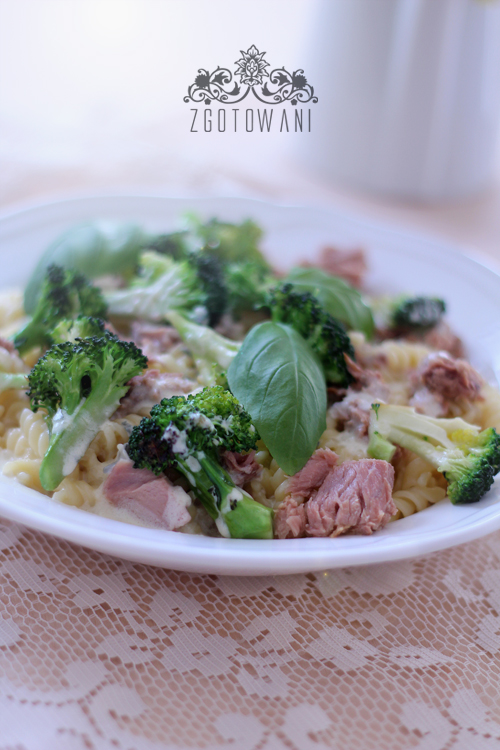 makaron-z-tunczykiem-brokulami-i-sosem-serowym-7