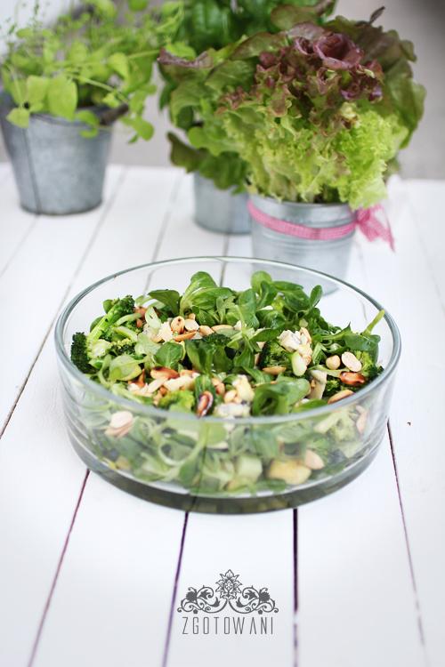 salatka-z-brokulami,-roszponka,-orzechami-i-serem-plesniowym-4