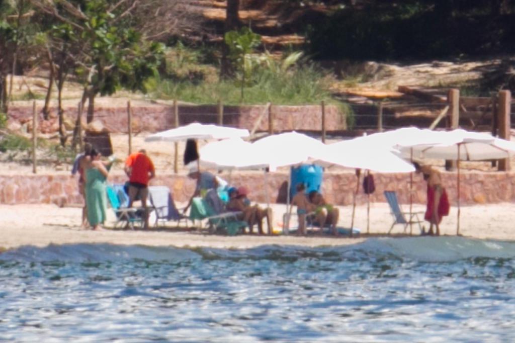 Dilma descansa com familiares em praia deserta na Bahia ED FERREIRA/AE