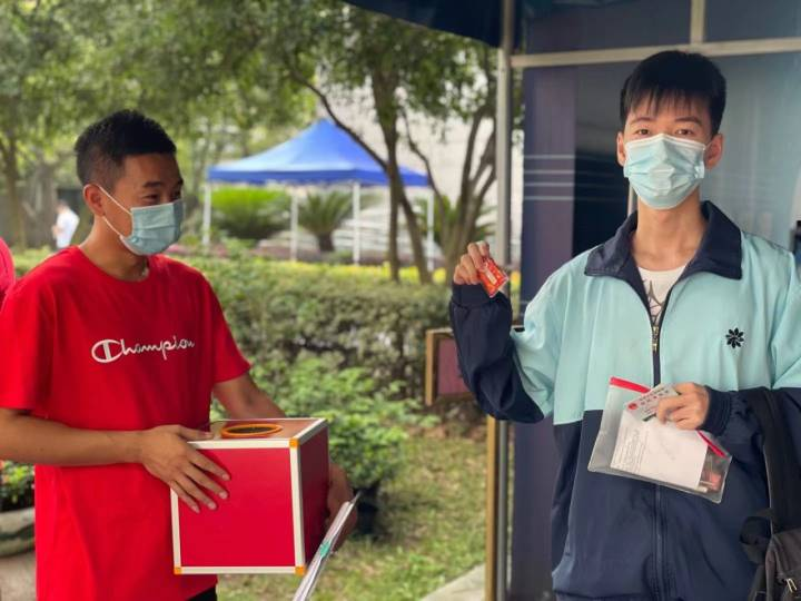 中國高考直擊:學生花式趕考,家長老師花式應援