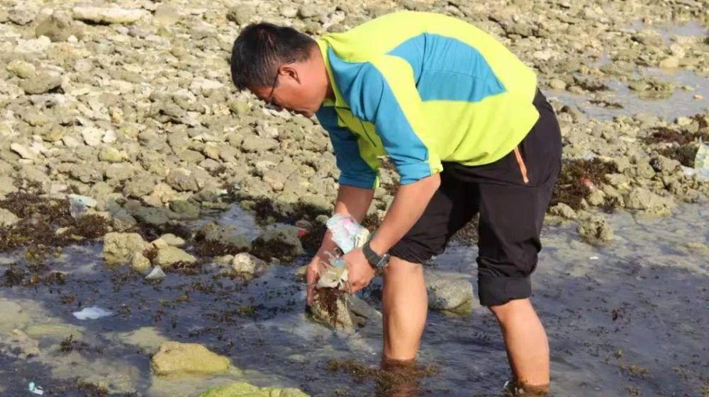 男子三亞清理海洋垃圾20年,曾一天撿700隻口罩