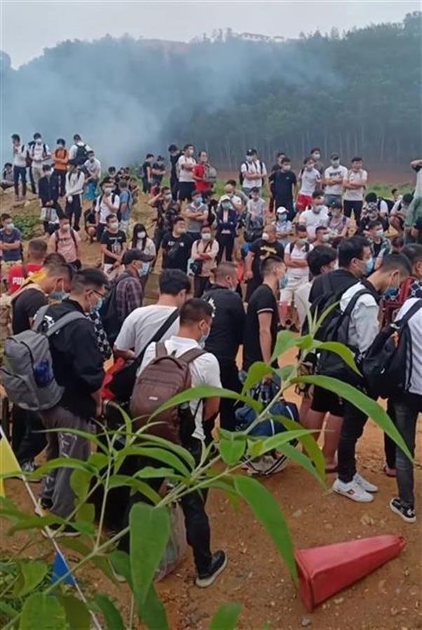 中國官方發了一個通告 緬北中國人排長隊通關回國