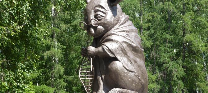 Пам'ятник лабораторній миші, що в'яже ДНК