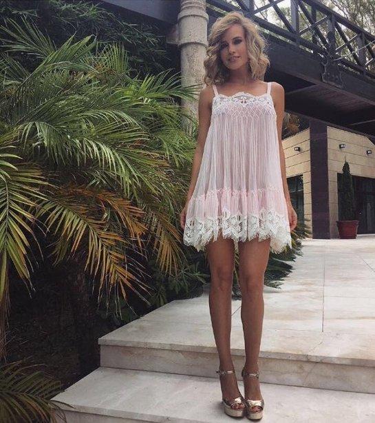 Глюкоза примерила легкое прозрачное платье на отдыхе в Испании
